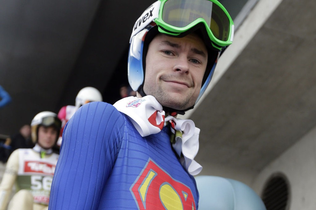 Anders Jacobsens hoppdress har skapt overskrifter i utlandet etter seieren i Garmisch-Partenkirschen. Nå ber ledelsen i hoppuka fotografene om å holde avstand.