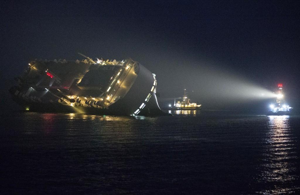 Norskeide Höegh Osaka ligger på grunn utenfor Southampton med en slagside på rundt 45 grader.