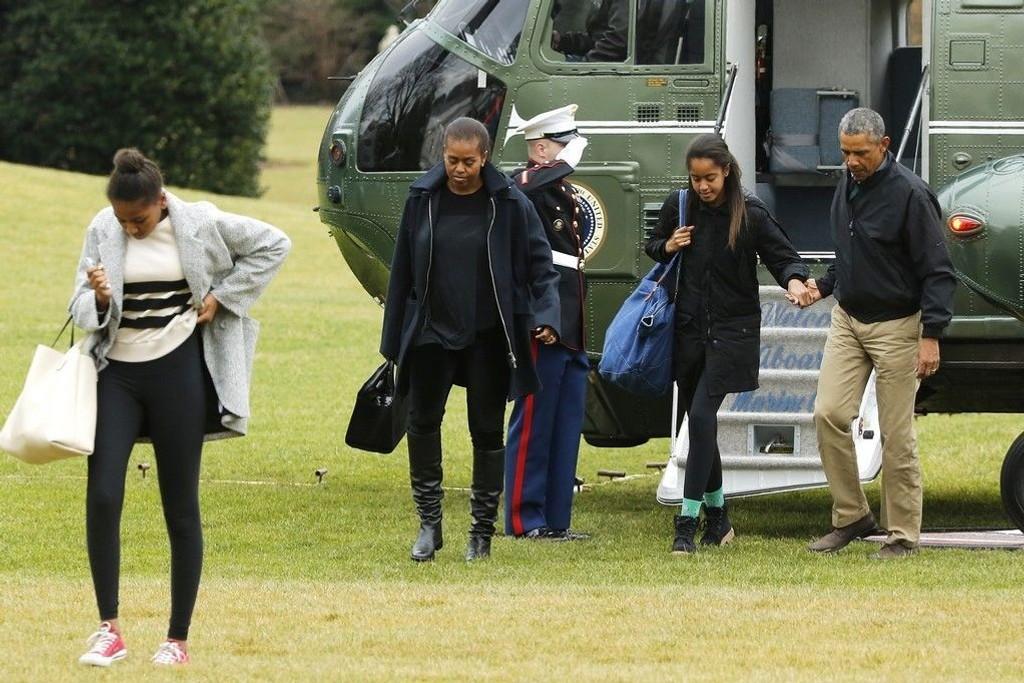 Obama-familien ankommer Det hvite hus etter årets jule- og nyttårsferie på Hawaii. I år var det lite av politiske saker som hindret ham i å nyte de sommerlige temperaturene til å spille golf, gå ut og spise og benytte seg av strendene.