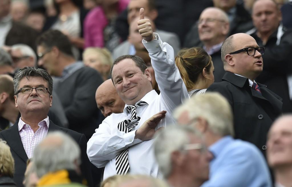 Newcastle-fansen responderer ikke med tommel opp tilbake på klubbeier Mike Ashleys eierskap i Rangers. FOTO: NTB scanpix