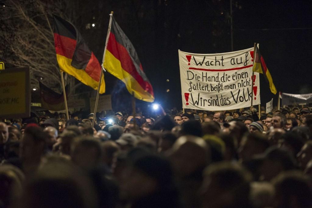 ANTI-ISLAM: Tilhengere av PEDIGA-bevegelsen (Patriotische Europaeer gegen die Islamisierung des Abendlandes) under en demonstrasjon i Dresden 15. desember som samlet over 17.000 mennesker.