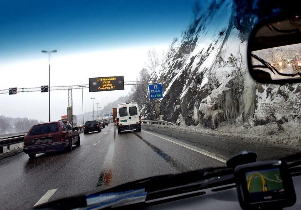Politiet melder om svært glatte veier i hele østlandsområdet tidlig tirsdag morgen.