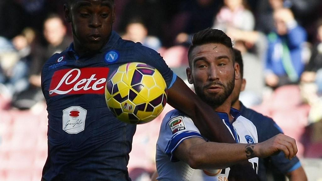 Empolis forsvarsspiller Lorenzo Tonelli (hvit drakt) er toppscorer for laget med fire scoringer.