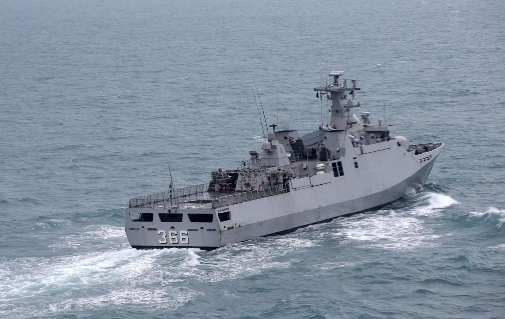 SØKER I DYPET: Et indonesisk marineskip deltar i søket etter det savnede AirAsia-flyet på Javasjøen utenfor Indonesia tirsdag.