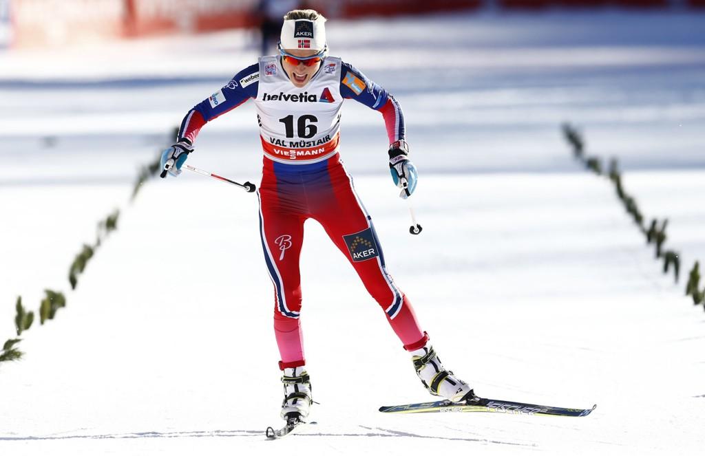 DET ER OVER: En resignert Therese Johaug innser at Marit Bjørgen ble for sterk.