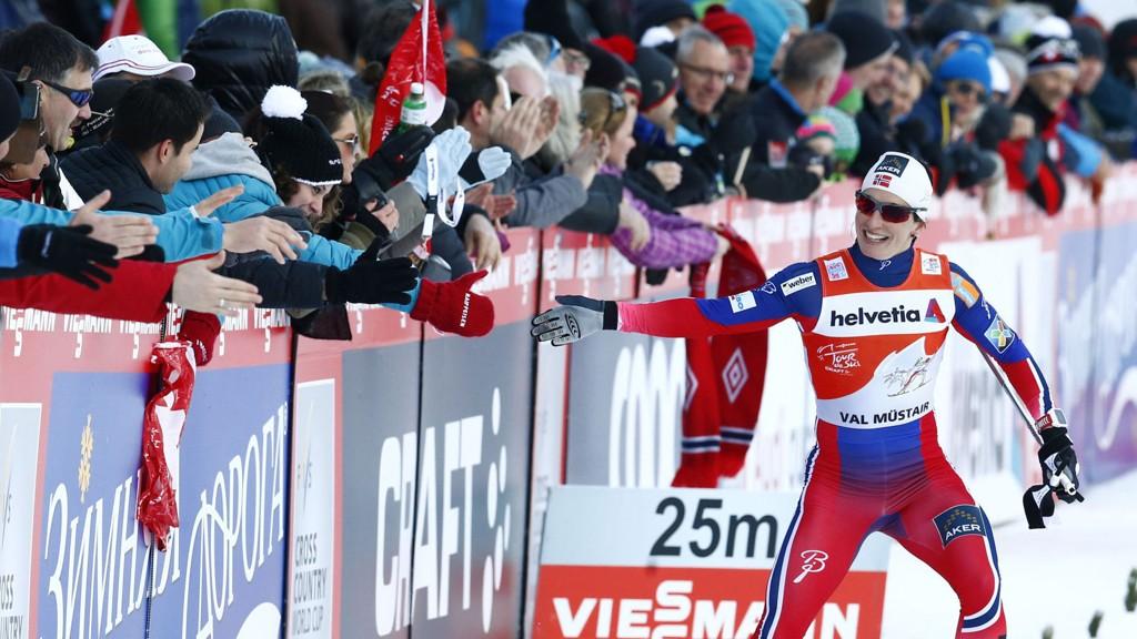 FEIRET SEIEREN: Marit Bjørgen jubler sammen med tilskuere etter seieren i Val Müstair i Sveits tirsdag.