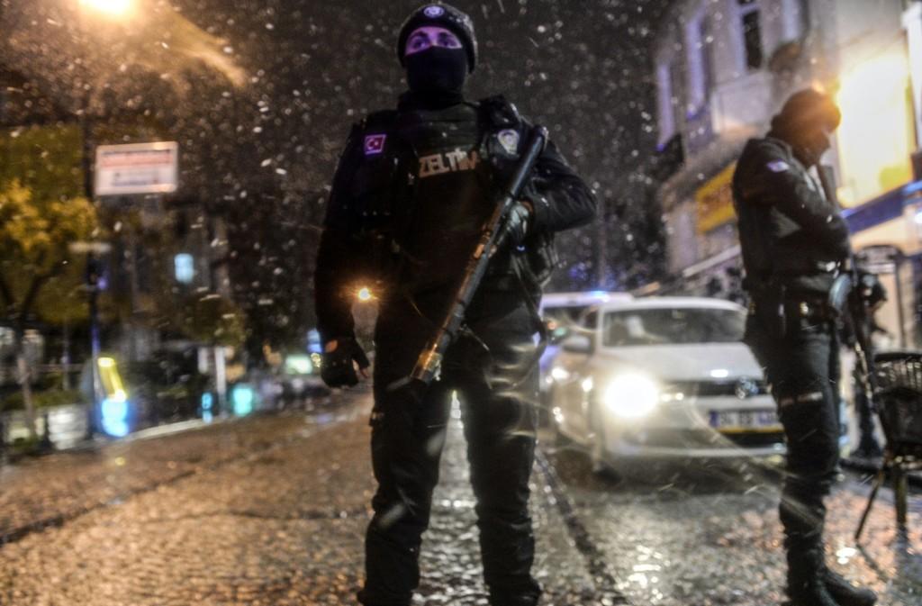 SPRENGTE SEG SELV: En politimann står vakt i gaten som leder til politistasjonen som tirsdag ble angrepet av en kvinnelig selvmordsbomber.