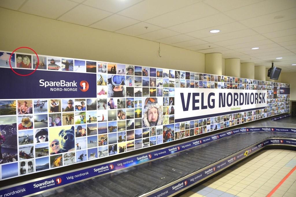 Linda Hansen reagerer på at et bilde av henne og datteren hennes er blitt brukt av Sparebanken Nord-Norge på en stor reklameplakat på Bodø lufthavn.