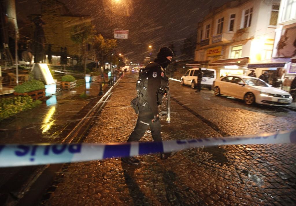 En politimann ble drept og en annen såret da en selvmordsbomber sprengte seg selv i lufta inne på en politistasjon i bydelen Sultanahmet i Istanbul i Tyrkia tirsdag.