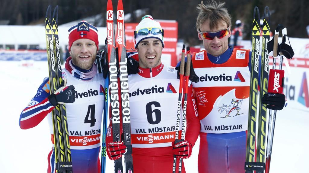 Fredrico Pellegrino (i midten) spurtslo Petter Northug og Martin Jonsrud Sundby i sprintfinalen i den 3. etappen i Tour de Ski i Val Müstair i Sveits tirsdag. I dag tror vi det er Jonsrud Sundbys tur til å ta steget øverst på seierspallen.