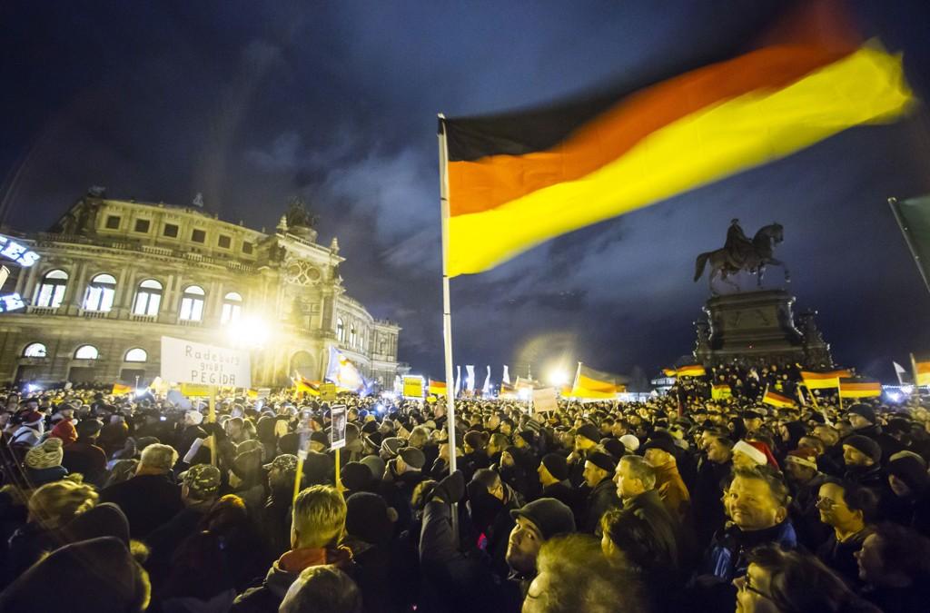 17.000 personer deltok på Pegidas demonstrasjon i Dresden like før jul. Mandag planlegger de demonstrasjon i Oslo.