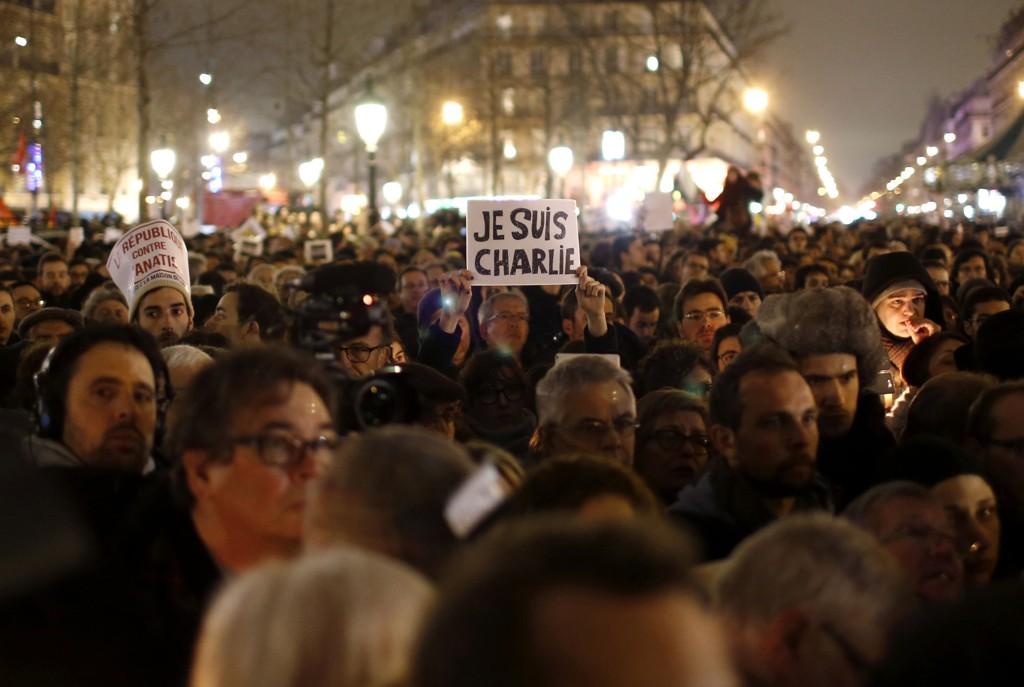 FOLKEHAV: Folk samlet seg på Place de la Republique onsdag kveld for å vise sin avsky mot terrorhandlingen og sin støtte til ofrene.