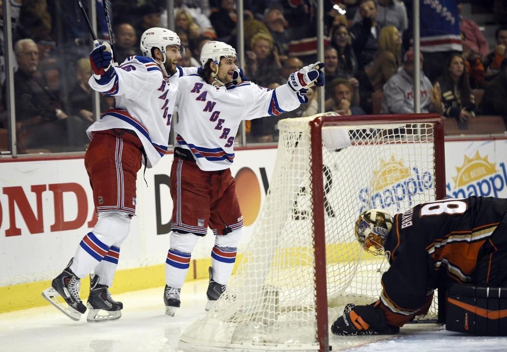 SUPERREKKA: Derrick Brassard (til venstre) jubler sammen med Mats Zuccarello etter at Rick Nash har scoret 2-0-målet for New York Rangers mot Anaheim Ducks.