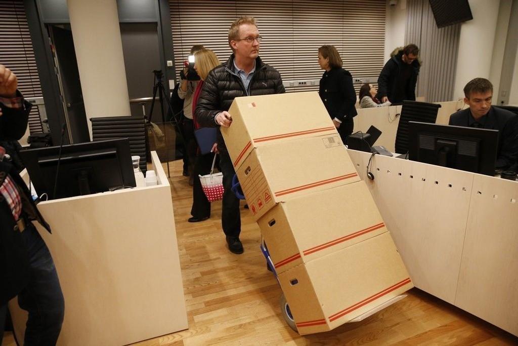 Aktoratets dokumenter ankommer rettsal 250 i Oslo tinghus hvor rettsaken mot fire tidligere toppsjefer i Yara startet mandag.