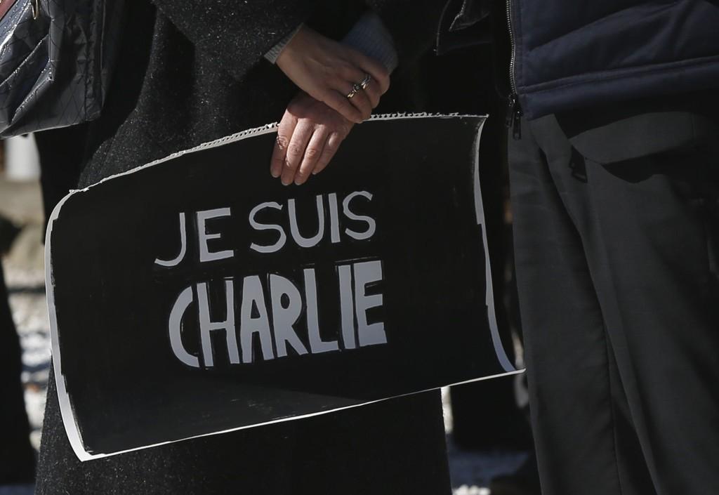 «Jeg er Charlie», sto det å lese på avisforsider i en rekke land torsdag. Her holder franske borgere i Tokyo ett minutts stillhet i Japans hovedstad Tokyo.