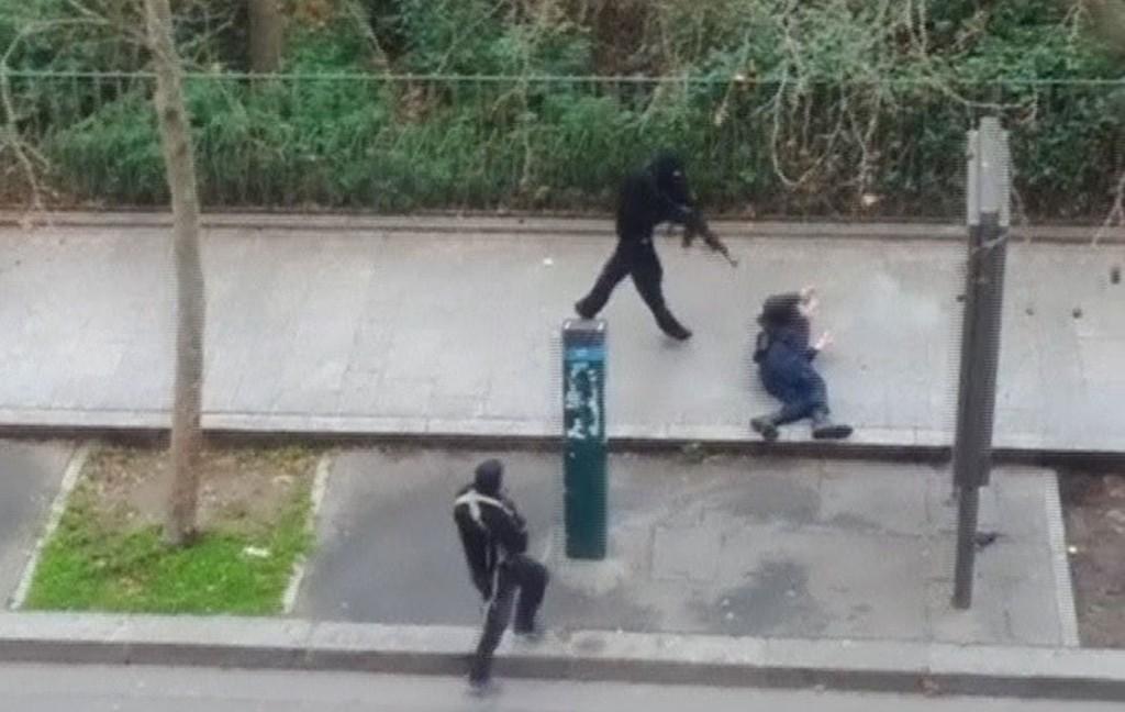 DREPT: En amatørvideo viser politimannen Ahmed Merabet før han blir drept av terrorister.