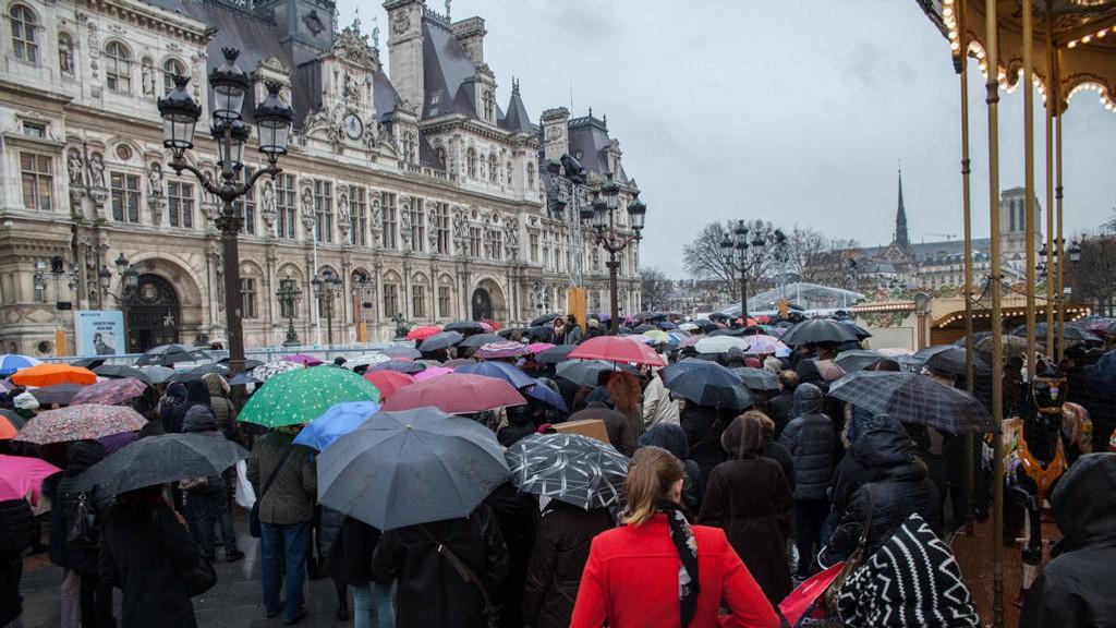 ET MINUTTS STILLHET: Flere tusen møtte torsdag opp ved rådhuset i Paris for å minnes de døde etter terroraksjonen onsdag.