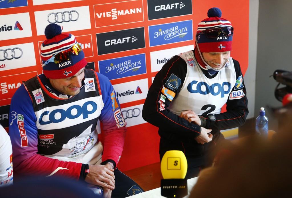KJEMPER OM SEIEREN: Petter Northug og Martin Jonsrud Sundby under pressekonferansen etter torsdagens 25km jaktstart i den 5. etappen i Tour de Ski i Toblach i Italia. Northug vant og Johnsrud Sundby kom på 3. plass.