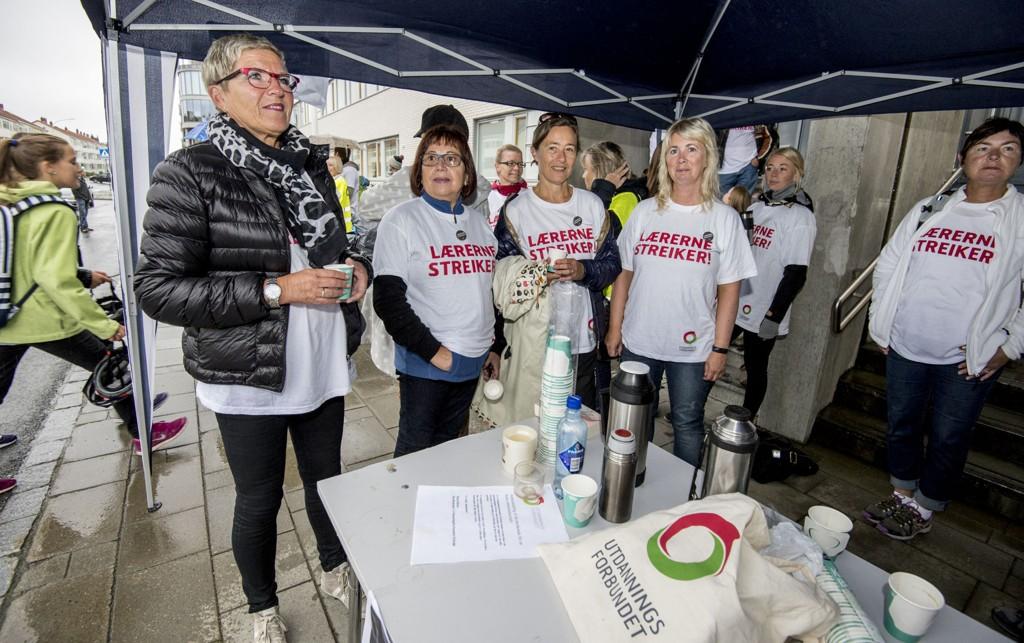 En lærer med maks boliglån i Statens Pensjonskasse taper årlig 14.300 kroner på de nye reglene. Det bedrer neppe humøret til lærerne som i 2014 gikk ut i streik. På bildet streikende lærere i fjor som holdt vakt utenfor Rosenborg skole i Trondheim.