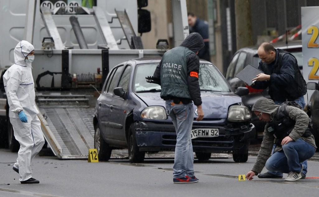 Politietterforskere jobber på stedet i forstaden Montrouge der en politikvinne ble drept, og en kommunalt ansatt ble kritisk skadd torsdag morgen.