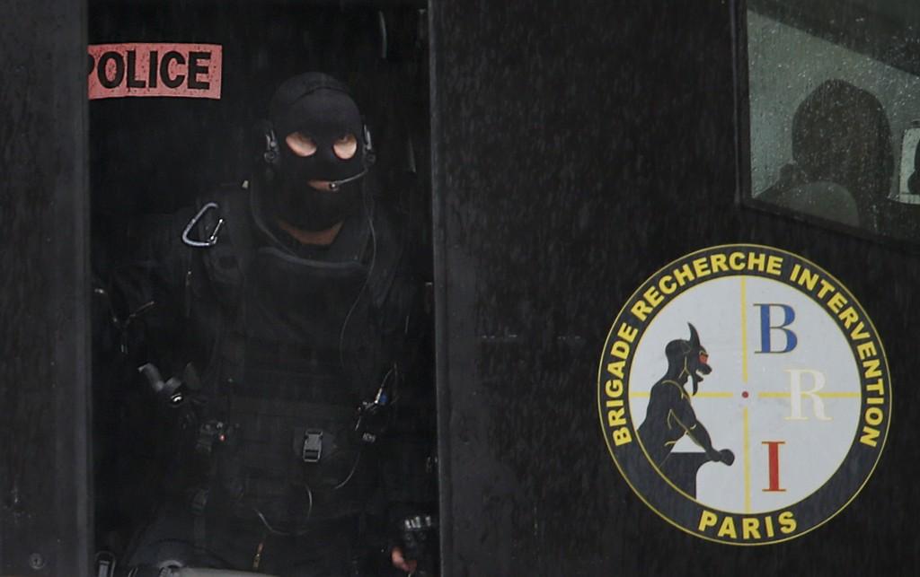En av politiets spesialstyrker var på stedet etter skytingen i forstaden Montrouge nær Paris torsdag.