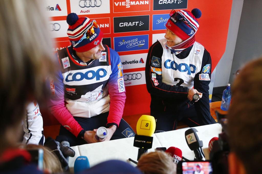 I GODT HUMØR: Petter Northug og Martin Jonsrud Sundby under pressekonferansen etter torsdagens 25km jaktstart i den 5. etappen i Tour de Ski i Toblach i Italia. Northug vant og Johnsrud Sundby kom på 3. plass.