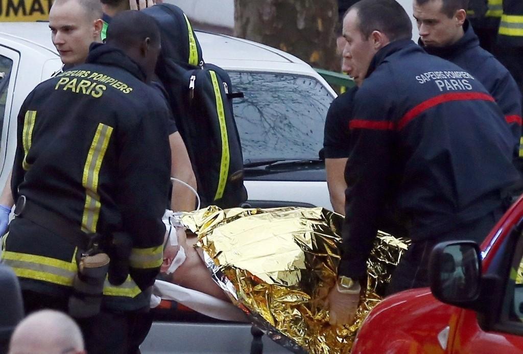 To politibetjenter og en gatefeier ble skutt i bydelen Montrouge i Paris, etter å ha rykket ut etter en melding om en bilulykke torsdag.
