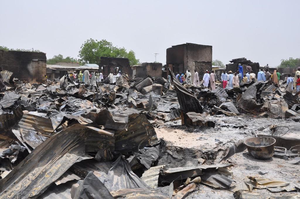Byen Baga i Nigeria ligger i grus etter at den ble brent ned av Boko Haram. Dette bildet er tatt i byen Gambaru som led en lignende skjebne etter et angrep i mai 2014.