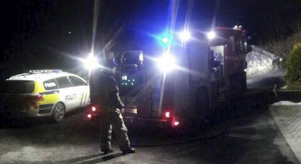 Brannvesen og politi rykket ut til bilbrannen Anglevik på Sotra i februar 2013.