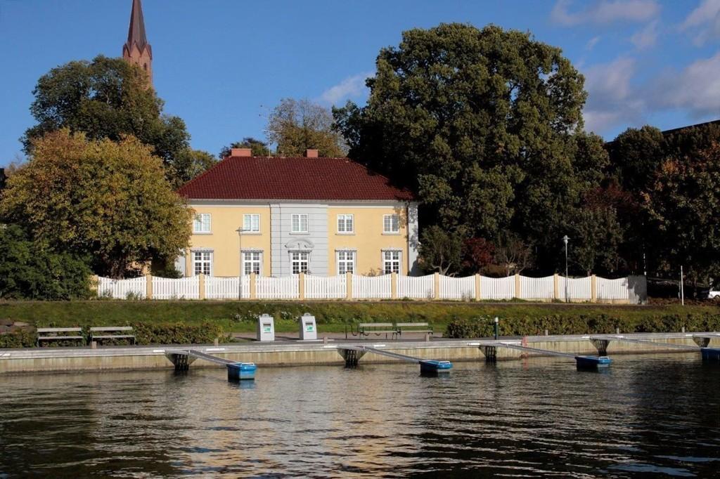 TIL SALGS: Denne vakre villaen ved sjøkanten i Tønsberg kan bli din.