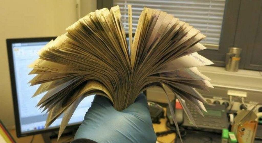 220.100 kroner: Tollvesenet talte opp i alt 220.100 kroner som mannen hadde tapet fast i to pakker på kroppen.