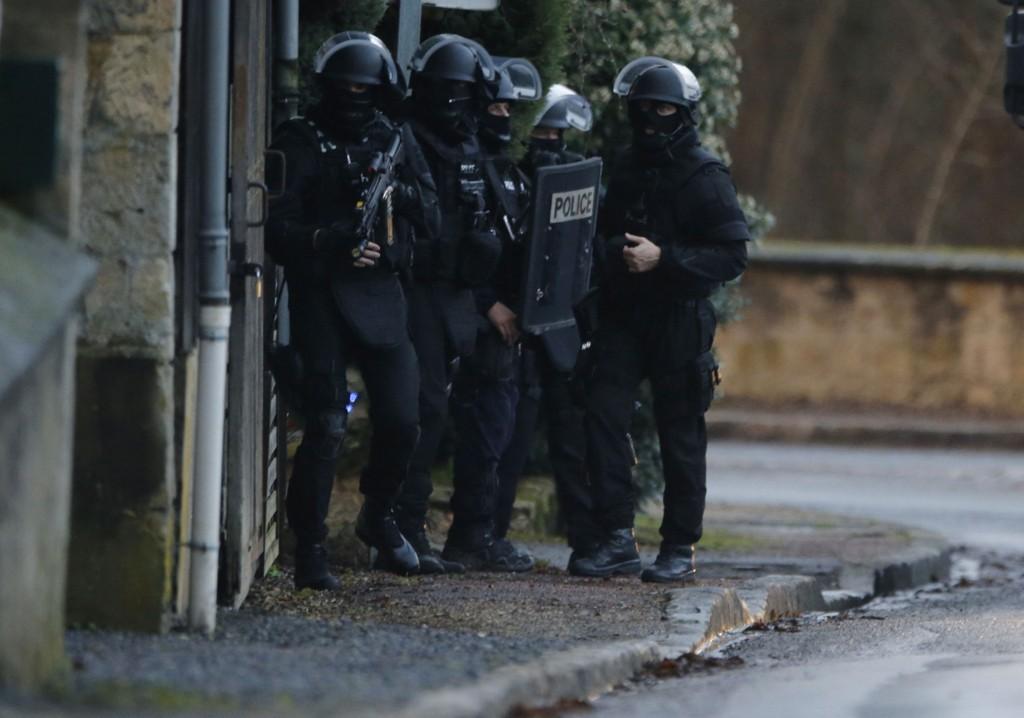 Franske spesialstyrker leter etter de to terrormistenkte brødrene. Det er ennå usikkert om biljakten nevnt i saken er knyttet til jakten på brødrene.