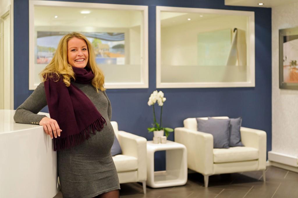 VENTER EN LITEN JENTE: Stine Larsen Sandvik har solgt 139 boliger i 2014.