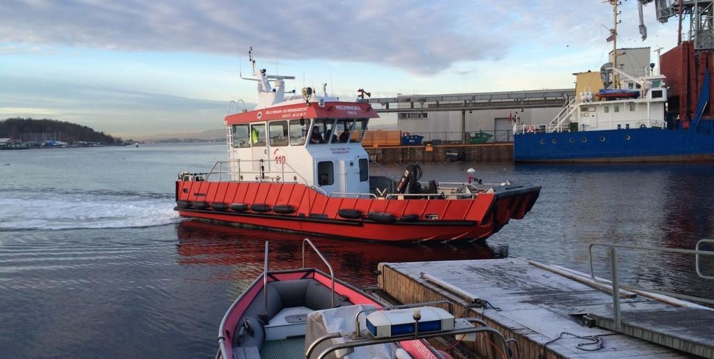 Ei lita jente ble født i brannbåten i Oslo fredag morgen. Her er båten på vei til kai etter den litt uvanlige starten på dagen.