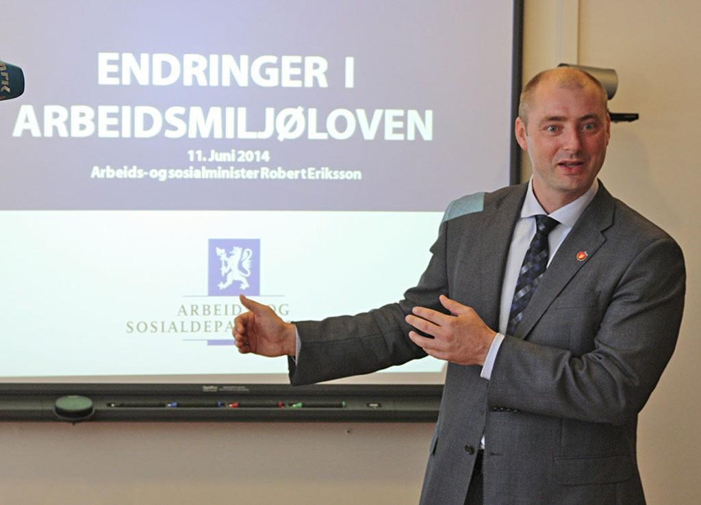 Arbeidsminister Robert Eriksson vil endre arbeidsmiljøloven - og åpne for søndagsåpne butikker.