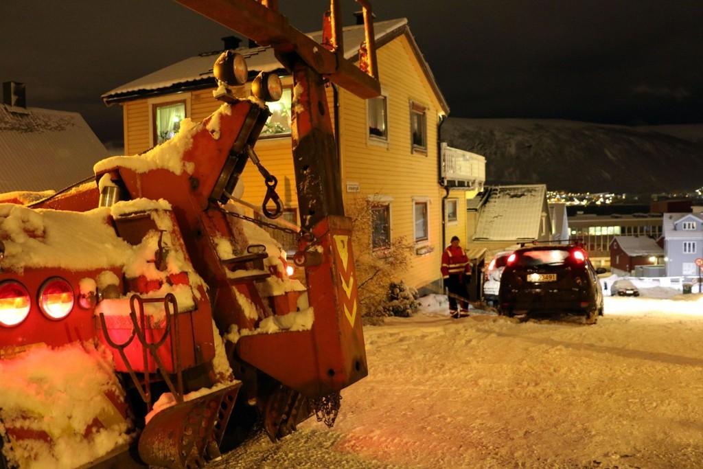 SLEPT OPP IGJEN: Her er Viking redningstjeneste i gang med å slepe en av de siste bilene opp igjen.