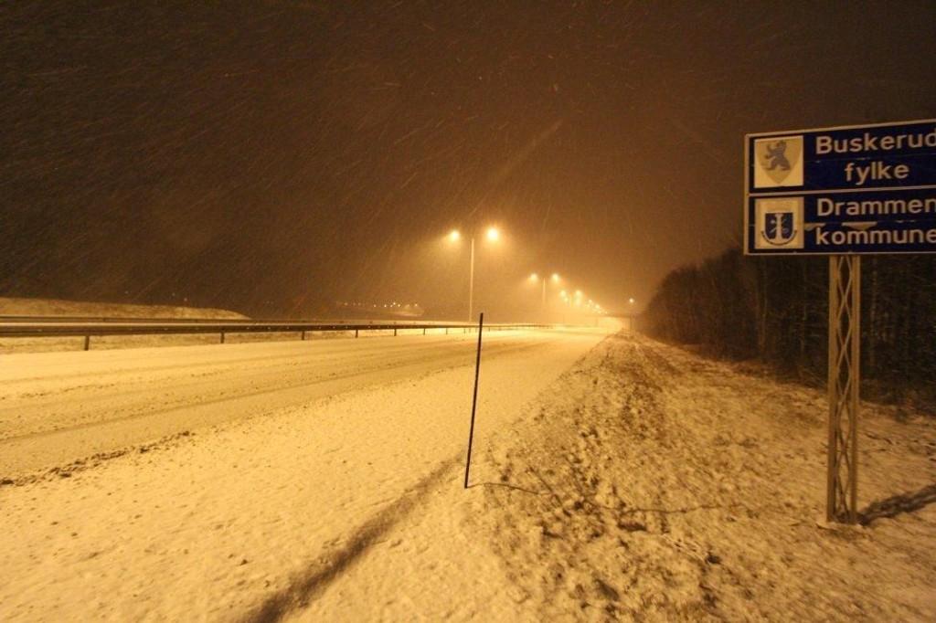 SNØVÆR: Slik så det ut på E18 mellom Drammen og Sande tidlig lørdag morgen.