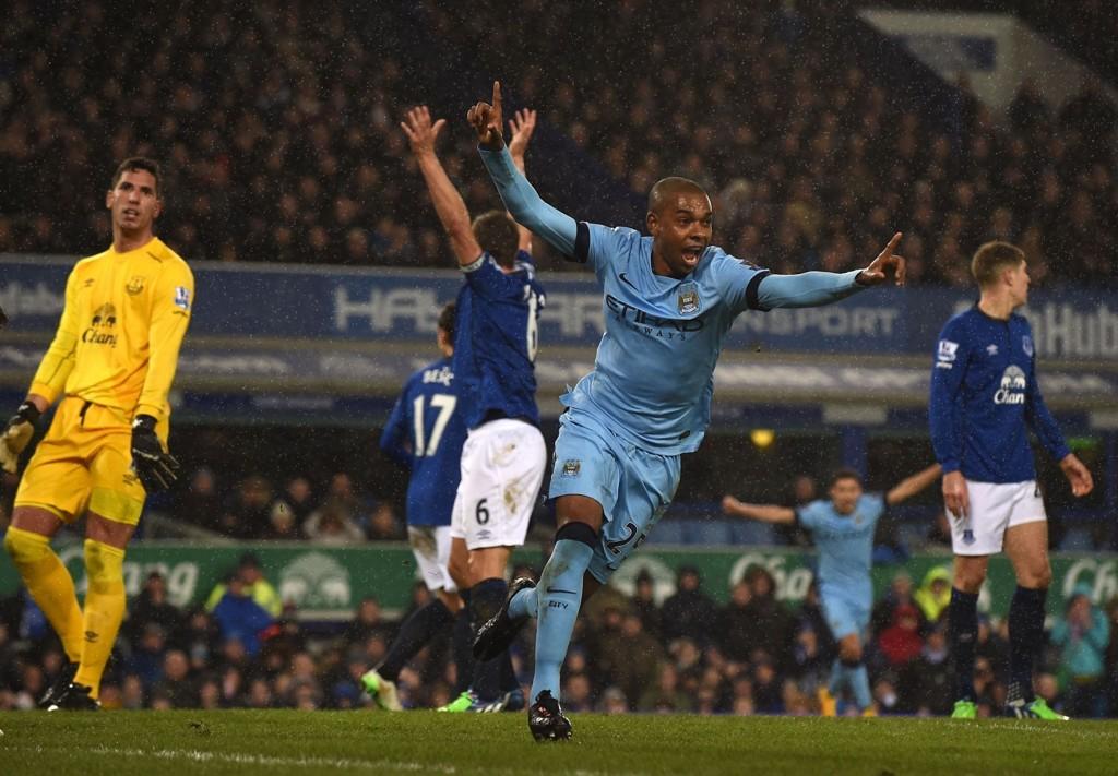 TOK LEDELSEN: Manchester City så ut til å gå mot tre poeng da Fernandinho sendte de lyseblå i føringen, men Everton utlignet like etter.