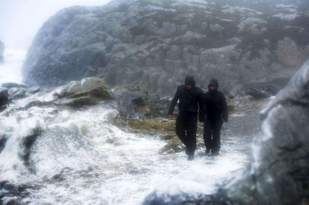 Ekstremværet Nina, her i Øygarden i Hordaland, gjør at flere tusen husstander er rammet av strømbrudd lørdag.