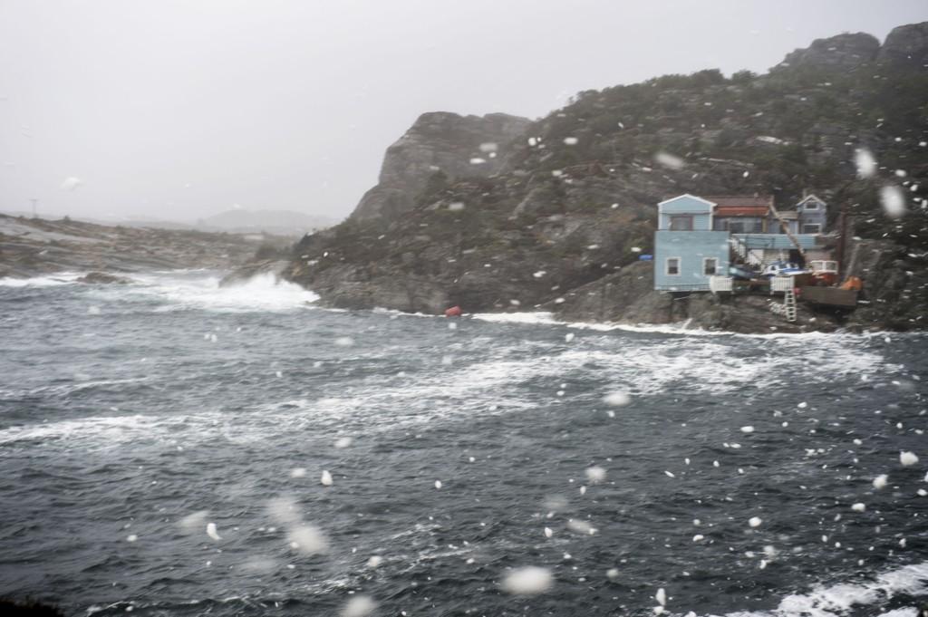 SLO UT STRØMMEN: Uværet på Vestlandet slo ut strømmen i store områder. Bildet er tatt på Øygarden lørdag.