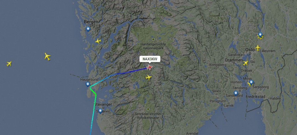 OMDIRIGERT: Bildet viser flyet fra Las Palmas som skulle lande på Helganes ved Haugesund lørdag kveld, men som ble omdirigert til Oslo.