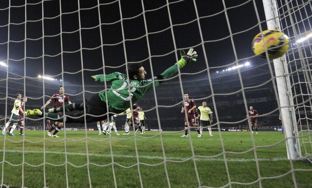 UTLIGNET: Kamil Gilk setter ballen forbi Diego Lopez.