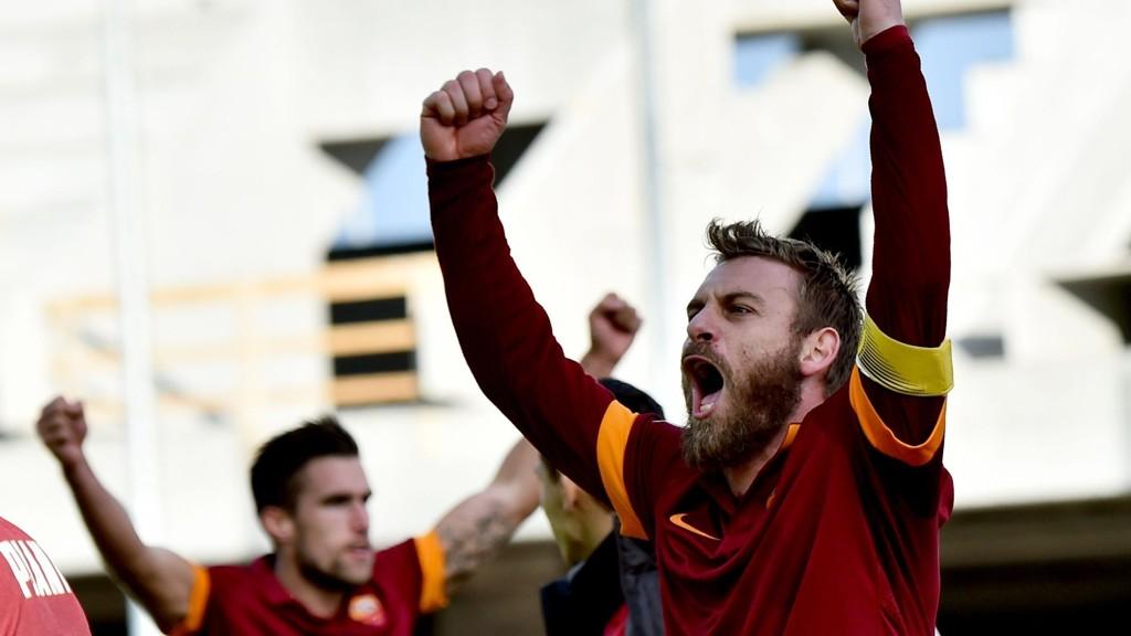 Roma-profilen Daniele De Rossi jubler etter seieren borte mot Udinese tirsdag.