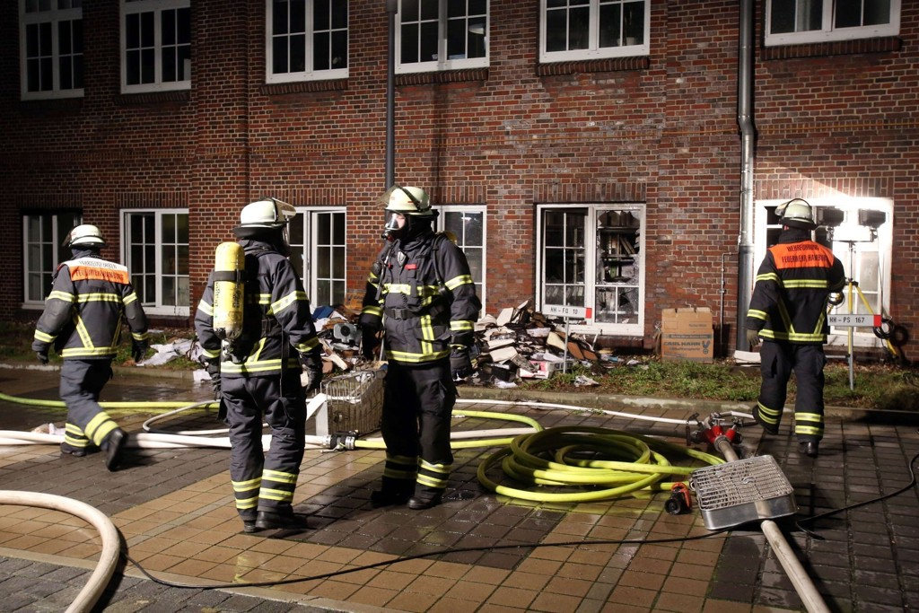 Brannvesenet utenfor avisens hovedkontor.