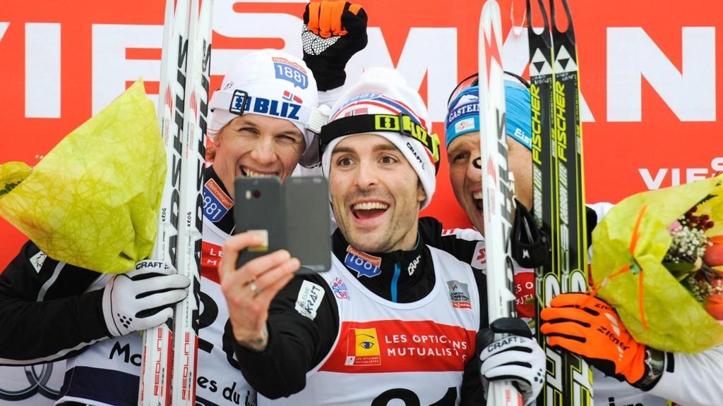 TIL TOPPS: Magnus Moan tar selfie med Magnus Krog og Bernhard Gruber etter seieren.