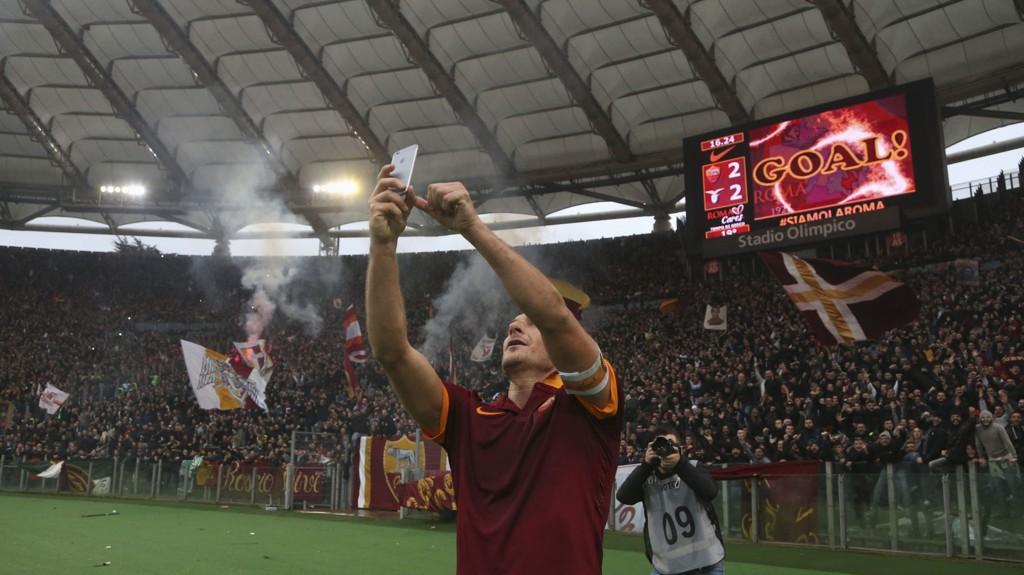 SELFIE: Slik feiret Francesco Totti sitt utligningsmål mot Lazio.