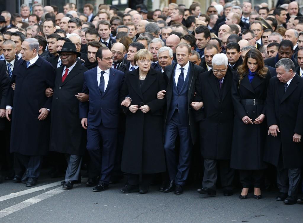 SAMMEN MOT TERROR: Frankrikes president Francois Hollande og en rekke statsledere var med på markeringen i Paris søndag. Søndag diskuterte EU-toppene behovet for strengere grensekontroller i kampen mot terror.