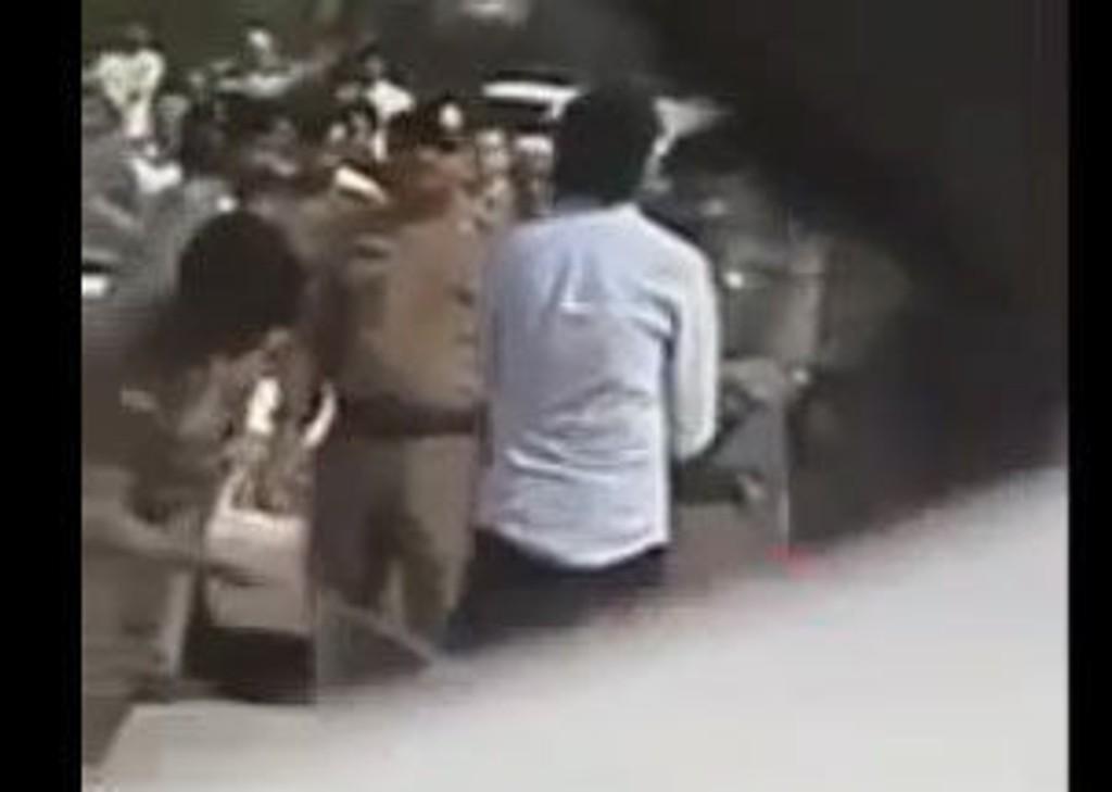 SKJULT KAMERA: Med et skjult kamera har en tilskuer filmet de første slagene som Raif Badawi mottok fredag.