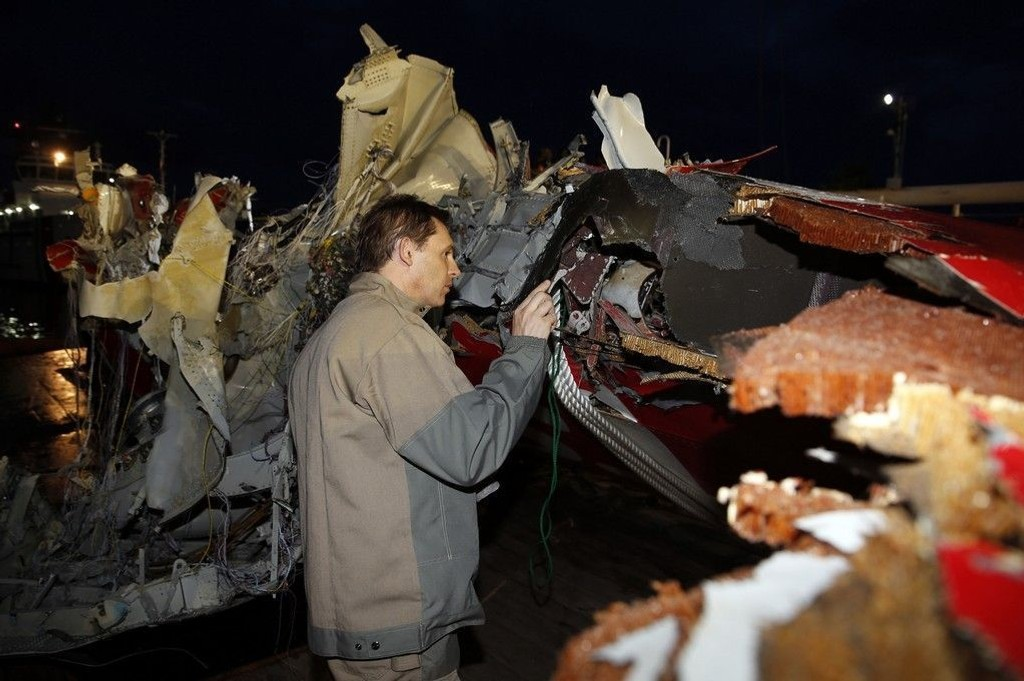 En del av halepartiet på det styrtede AirAsia-flyet ble løftet opp på skipet Crest Onyx søndag, dagen etter det ble funnet.
