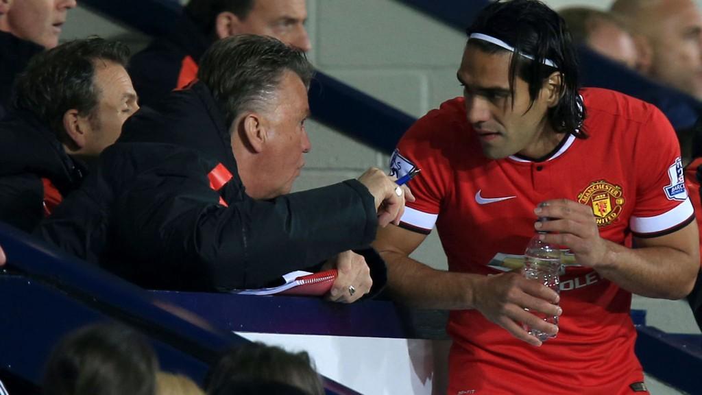 Flere Manchester United-supportere ropte etter Radamel Falcao da laget ikke maktet å score mot Southampton. Manager Louis van Gaal står fast på at det var riktig å vrake spissen.